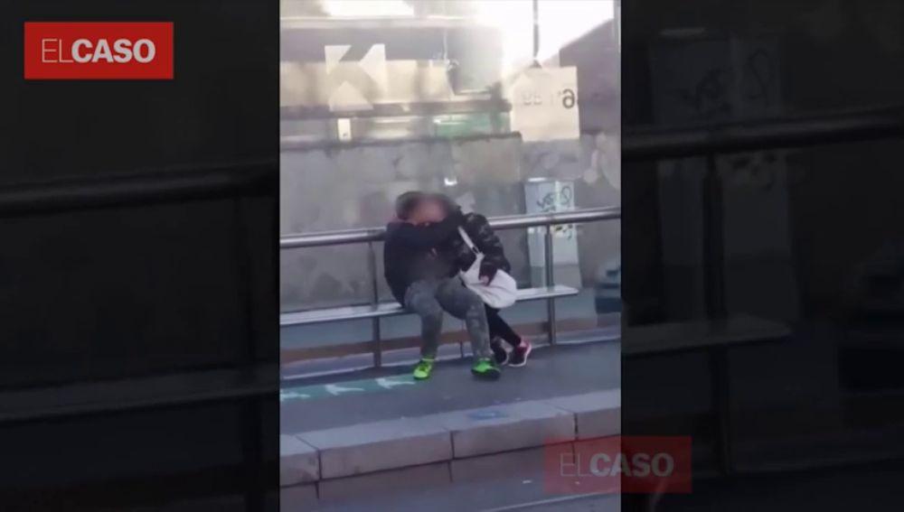 Graban a una pareja practicando sexo en una estación de tranvía en Barcelona a plena luz del día
