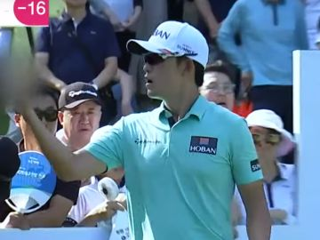 El golfista Bio Kim hace una peineta a un aficionado