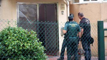 Agentes de la Guardia Civil junto a guías caninos en Castro Urdiales