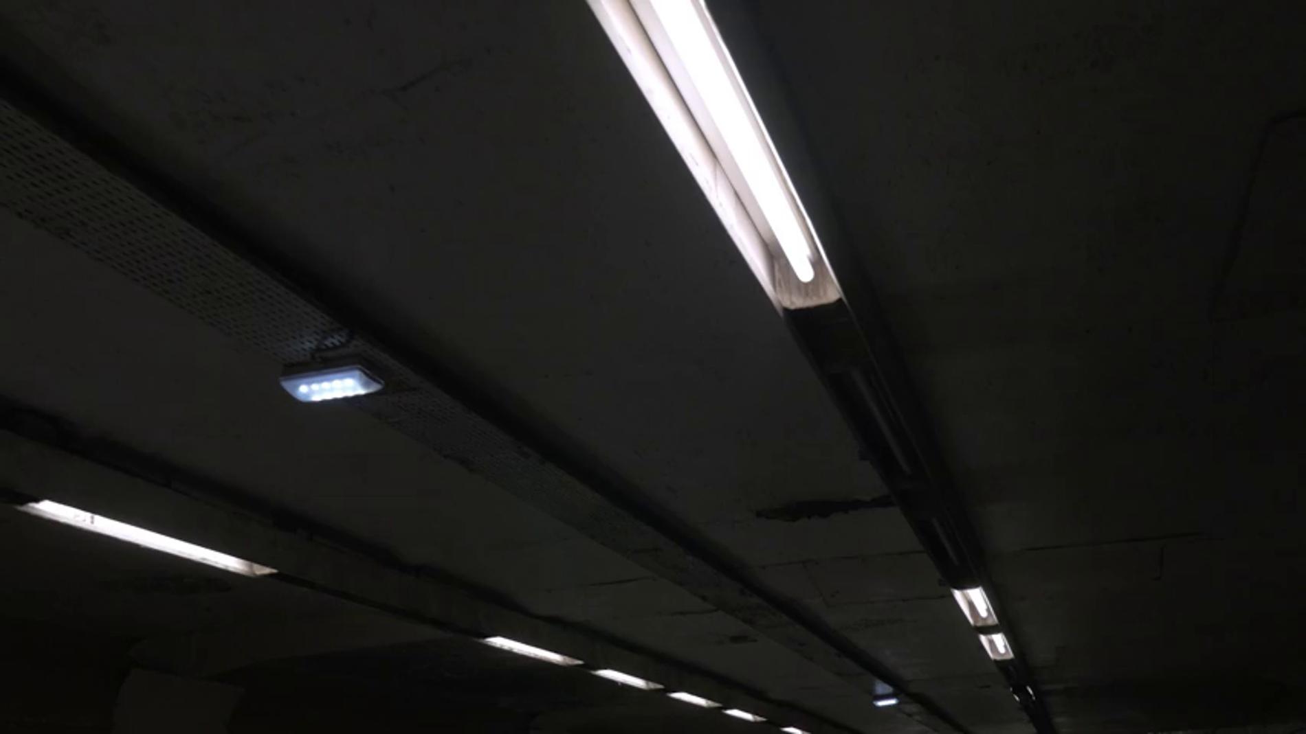 ¿Por qué debes mantenerte alejado de un tubo fluorescente si se rompe?
