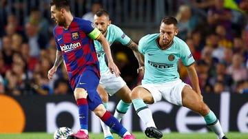 Messi, rodeado por jugadores interistas durante toda la noche.