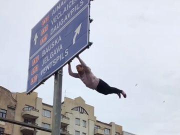 Stanislav Lazdan hace parkour en una señal de autopista