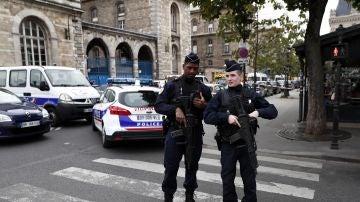 Dos agentes trabajando en el dispositivo tras el ataque a una comisaría de París
