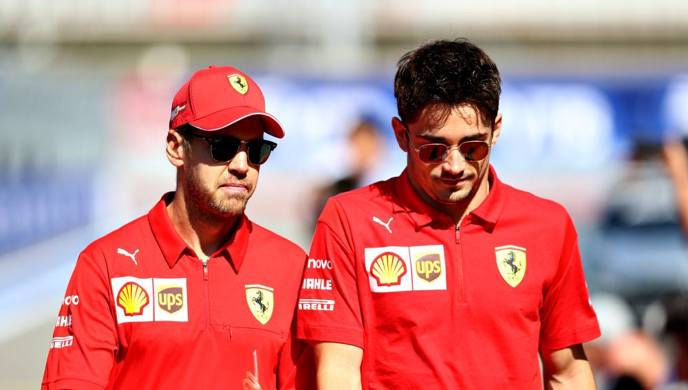 Vettel y Leclerc dialogan antes de un Gran Premio
