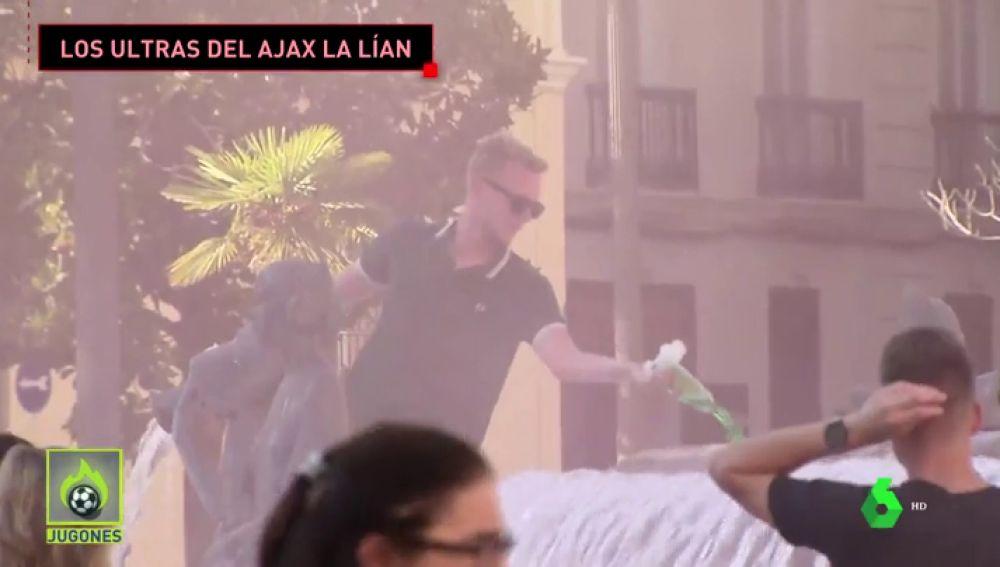 Los ultras del Ajax siembran el caos en Valencia: batalla a palos, detergente en una fuente...