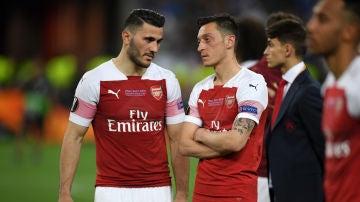 Kolasinac y Özil, durante un partido del Arsenal