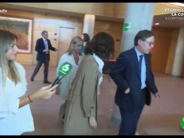 """El """"quiebro"""" a lo Neymar de Ayuso por los pasillos de la Asamblea que deja alucinado a Dani Mateo"""