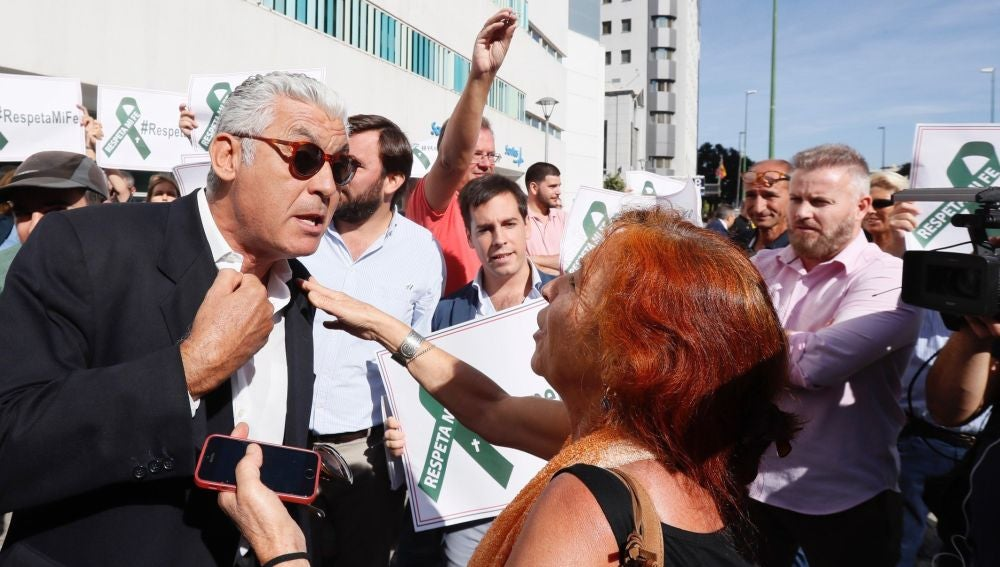 Manifestantes a las puertas del juzgado donde se enjuicia a tres mujeres por la procesión del 'Coño Insumiso'