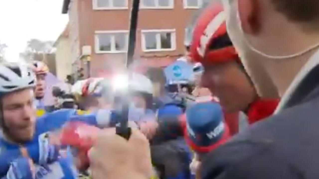 El ciclista Senechal, tras agreder a Walchseid a causa de una caída producida a 200 metros de meta.