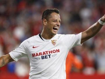 Chicharito, celebrando su gol ante el Apoel en el Ramón Sánchez Pizjuán.