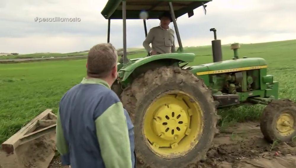 """Alberto Chicote se """"enfanga hasta el culo"""" para que Juanete no abandone el 'Mosto Tejero' en tractor"""
