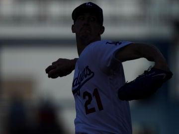 Walker Buehler, uno de los jugadores que dirige Alan Smolinisky, en partido con Los Ángeles Dodgers.