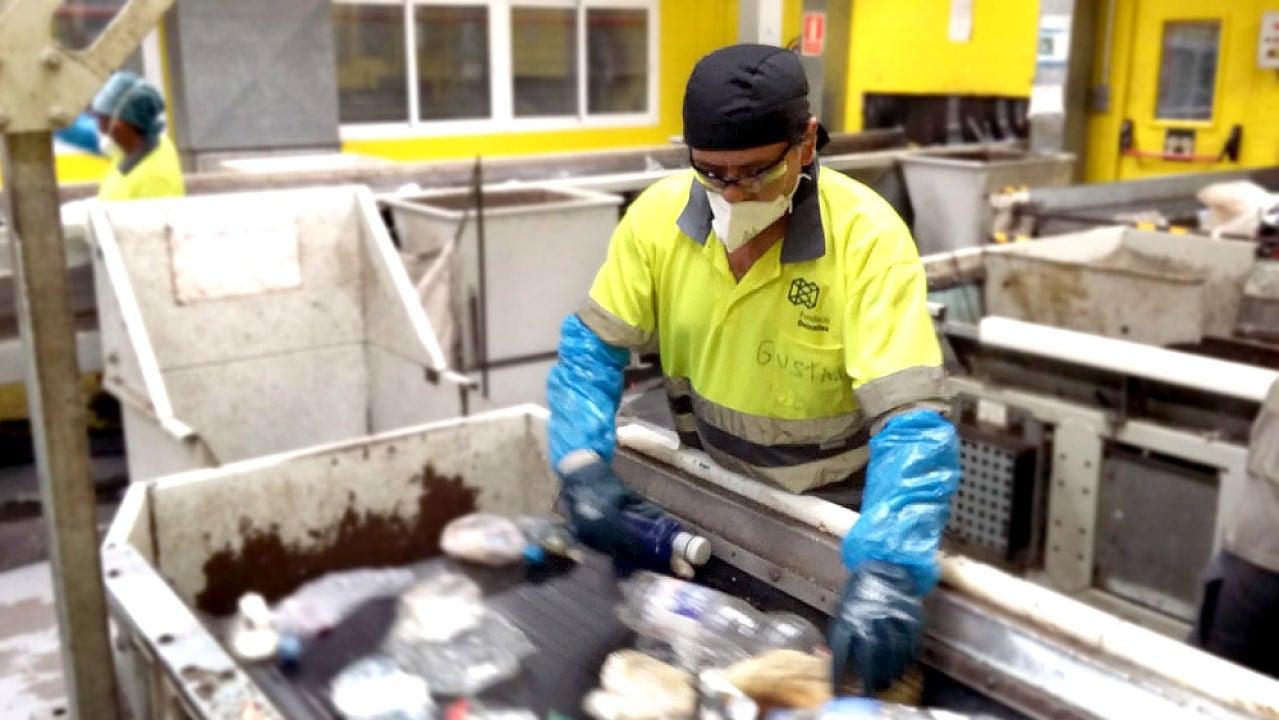 Gustavo Campos en la planta de reciclaje en la que trabaja en Palma de Mallorca