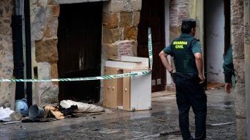 La Guardia Civil junto a la vivienda de Laredo donde fallecieron una mujer y su hija en un incendio