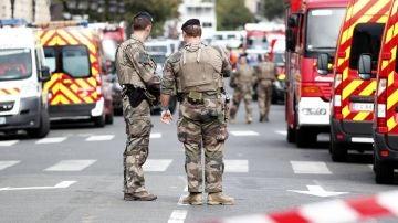 Agentes de seguridad en torno a la Prefectura de París tras el ataque