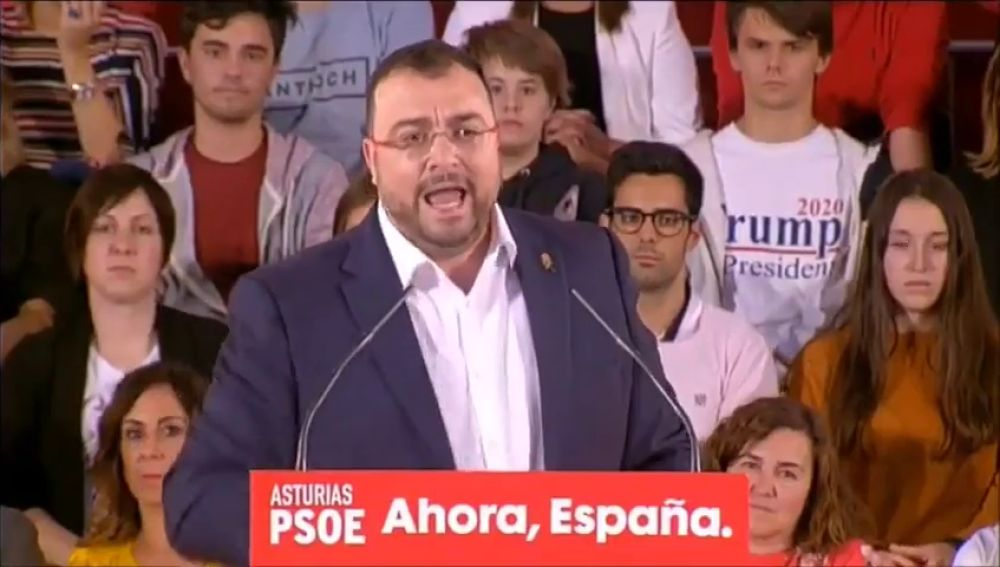 Un joven 'cuela' en un mitin del PSOE una camiseta a favor de Donald Trump