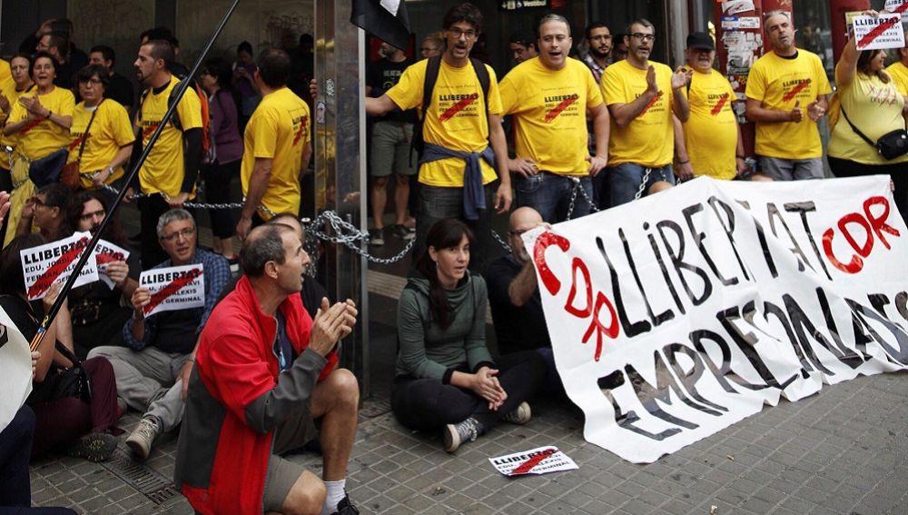 Miembros de los CDR que se han encadenado contra la detención de los CDR