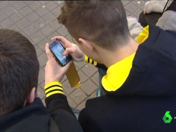 Personas con un teléfono móvil