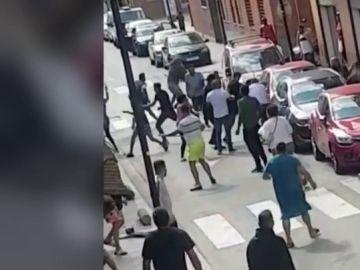 Imagen de la pelea salvaje con tres heridos por cuchilladas en Canovelles, Barcelona