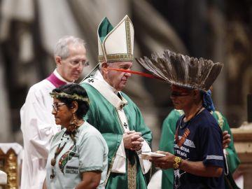El papa denuncia en misa del Sínodo los incendios por intereses en Amazonía