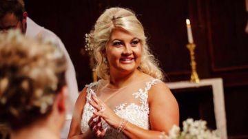 Una joven se pega las cenizas de su padre en sus uñas postizas para que la acompañe hasta el altar en el día de su boda