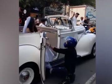 Imagen del momento en el que un joven le ruega a su exnovia que no se case