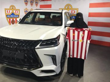 Mujer con burka ganadora de un coche sorteado por el jeque del Almería