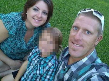 Christopher Bergan junto a su mujer y su hijo pequeño.