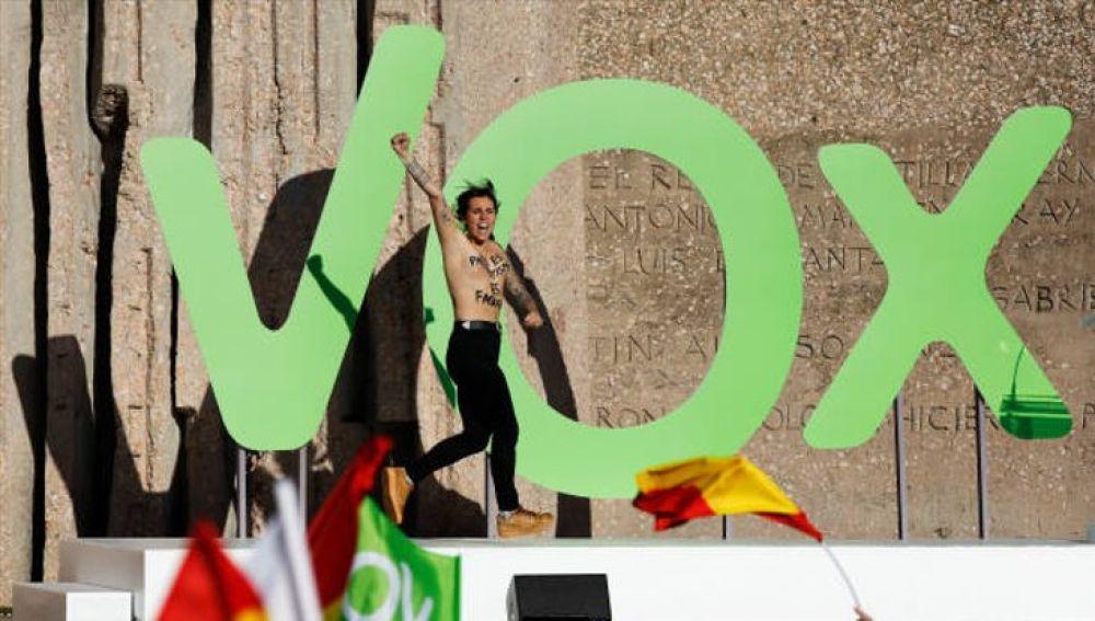 Una activista de Femen irrumpe en un acto de Vox