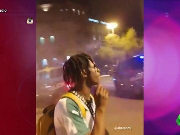 Un joven encendiéndose un cigarro en una barricada y otras polémicas imágenes que dejan los disturbios en Barcelona