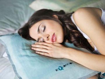 Mujer durmiendo la siesta