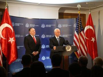 Mike Pence y Mike Pompeo, en rueda de prensa