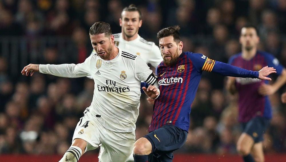 Sergio Ramos y Messi, durante un Clásico