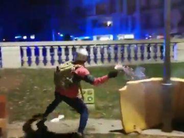 El momento en que unos manifestantes preparan un cóctel molotov y lo lanzan contra los mossos en Barcelona