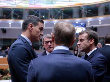 El presidente de España, Pedro Sánchez, conversa con su homólogo francés, Emmanuel Macro, frente a los presidentes del Parlamento Europeo, David Sassoli, y el Consejo Europeo, Donald Tusk