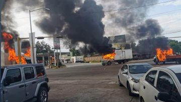 Vista de vehículos incendiados en Culiacán, México