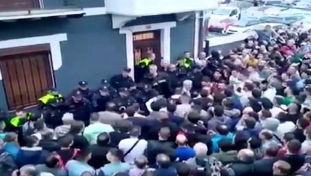Protesta contra los okupas de la casa de una anciana en Portugalete