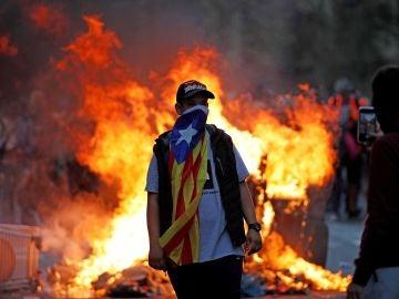 Manifestantes durante las protestas que se están produciendo ante la comisaria de la Policía Nacional de Via Laietana