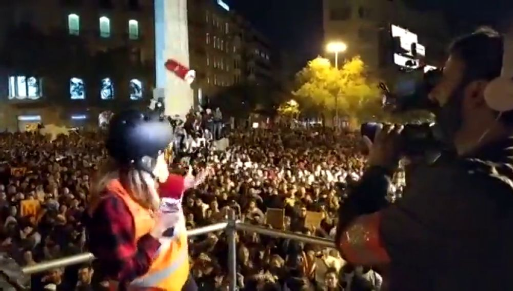 Arrojan pelotas y latas a los periodistas en las protestas de Barcelona