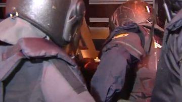 Policías evacuan a su compañero