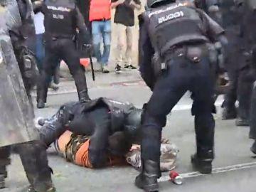 La Policía reduce a un manifestante