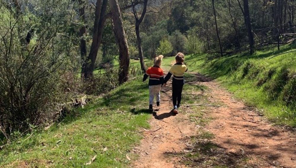 Imagen de los niños paseando por el campo