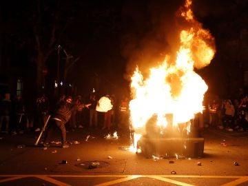 Los manifestantes incendian un contenedor durante los altercados
