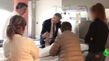 Grande-Marlaska con un agente herido en el hospital