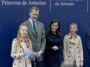 La princesa Leonor y su hermana, la infanta Sofía, con los Reyes en Asturias