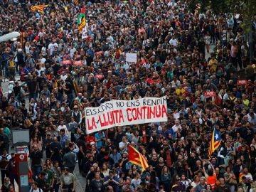 Miles de personas se concentran en la plaza de Urquinaona