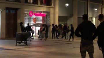 Un grupo de encapuchados saquea una tienda de teléfonos tras las manifestaciones independentistas en Barcelona