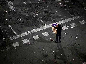 Un manifestante en las inmediaciones de la plaza de Urquinaona