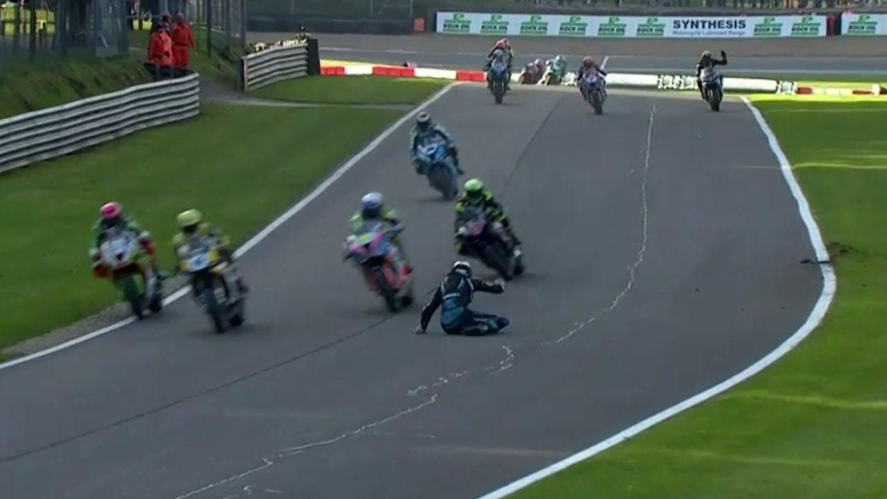 Varios pilotos, cerca de atropellar a otro en Superbikes