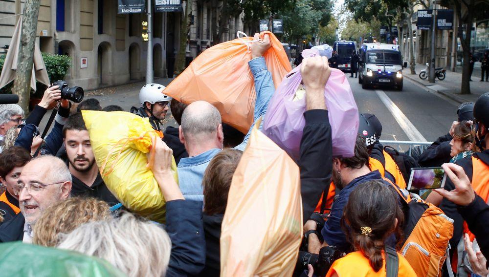 Centenares de personas arrojan bolsas de basura ante la Delegación del Gobierno.
